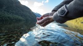 Qué hay detrás de la moda de beber agua cruda (y qué riesgos conlleva para la salud)