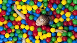 Eric McMillan, el hombre que revolucionó los parques infantiles con inventos como la piscina de pelotas