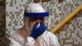 Quiénes son los superpropagadores y por qué tienen tanta importancia en un brote como el del coronavirus
