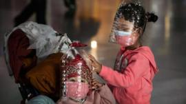 Chineses improvisam com garrafas plásticas em meio a escassez de máscaras