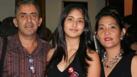 'Por que levar as cinzas da nossa filha pelo mundo 10 anos após ela morrer em tragédia'