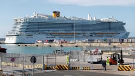 Italia prohíbe desembarcar un crucero con 7.000 personas por una mujer china sospechosa de portar el coronavirus