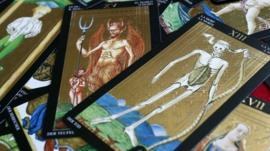 Cómo los cambios políticos en el mundo están reviviendo el Tarot, un pasatiempo del siglo XV