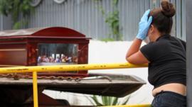 El drama de Guayaquil, que tiene más muertos por coronavirus que países enteros y lucha a contrarreloj para darles un entierro digno