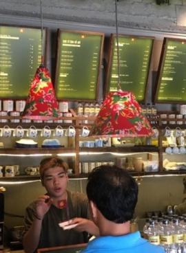Bên trong một quán cà phê tại trung tâm Sài Gòn