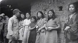 Several 'comfort women' talking to a Chinese officer