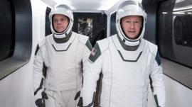 Así son los nuevos trajes inspirados en superhéroes que utilizan los astronautas que viajarán en una nave de SpaceX al espacio
