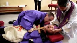 Lo que aprendí cuando conocí a un exorcista de la vida real