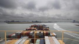 Cómo es navegar en un barco gigante en los mares más transitados del planeta