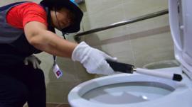 Qué hay detrás de la epidemia de cámaras ocultas en los baños de mujeres de Corea del Sur
