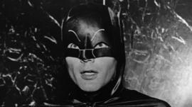 Muere Adam West, el actor que encarnó a Batman en la serie de televisión de la década de 1960