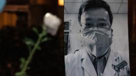 """""""Murió un héroe"""": la oleada de críticas e indignación en China tras la muerte del joven doctor que advirtió sobre el nuevo coronavirus"""