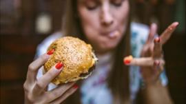 ¿Qué le pasa realmente a tu cuerpo cuando comes mucho?
