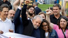 Lula deixa a prisão, critica Bolsonaro e promete 'percorrer o país'