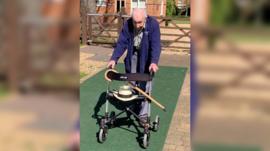 El veterano de 99 años que ha recaudado más de US$15 millones para luchar contra el coronavirus dando 100 vueltas en su jardín