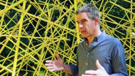 Ricardo Cárdenas, el escultor colombiano que juega con la geometría para mostrar la deforestación del Amazonas