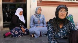 Çocuklarının dağa kaçırıldığını söyleyen üç aile HDP önünde eylem başlattı