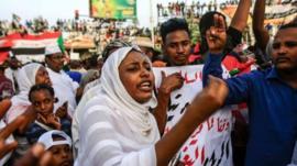 المحتجون في السودان يطالبون بانتقال فوري إلى حكم مدني