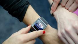 Google compra Fitbit: ¿están en riesgo los datos personales de los usuarios de los dispositivos de entrenamiento?