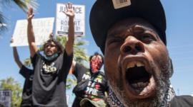 La muerte de dos hombres negros que aparecieron colgados de árboles en aparentes suicidios que causa indignación en EE.UU.