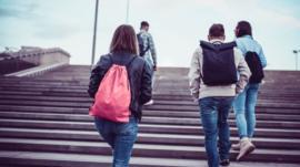 Pandemia deve intensificar abandono de escola entre alunos mais pobres