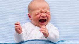 Por qué dejar llorar a tu bebé para que aprenda a dormir puede no ser una buena idea