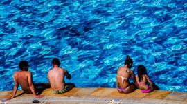 ¿Se puede transmitir el coronavirus en playas y piscinas?
