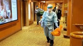 El crucero retenido en Japón con más de 3.000 personas a bordo por la confirmación de al menos 10 casos de coronavirus