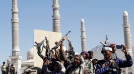 أشخاص يحتفلون بمقتل صالح