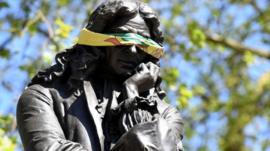 Quién fue Edward Colston, el esclavista británico cuya estatua fue derribada durante las protestas contra el racismo en Reino Unido