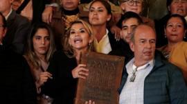 Senadora da oposição assume a presidência da Bolívia e Evo Morales a acusa de 'autoproclamar-se'