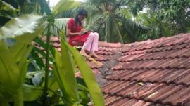 Namitha Narayanan n'a pu trouver un bon signal de téléphone portable que sur le toit de sa maison.