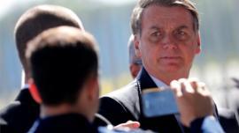 Bolsonaro pode ser proibido de bloquear seguidores nas redes sociais, como Trump?