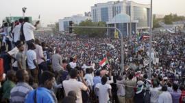 السودانيون يتحدون حظر التجول بعد عزل البشير