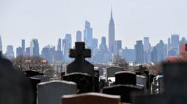 El drama del coronavirus en Nueva York, una ciudad paralizada con las morgues repletas y hospitales de campaña