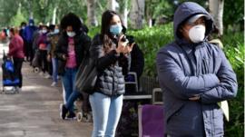 Las colas del hambre por la crisis del coronavirus inundan Madrid