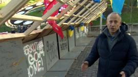 Steve Rosenberg at barricades in Kiev