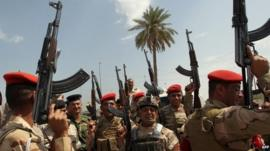 Iraqi troops outside a recruiting centre in Baghdad (June 2014)