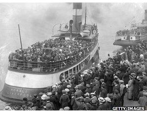 Australia-bound emigrants prepare to leave Liverpool, 1913
