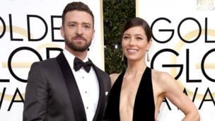 Justin Timberlake cùng vợ là diễn viên Jessica Biel cho các nhiếp ảnh gia chụp hình khi họ vừa tới lễ trao giải.