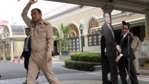 Trong một cuộc họp báo tại Bangkok, Prayuth Chan-ocha, mặc quân phục màu khaki, đột nhiên ra lệnh phụ tá bê ra một hình của chính ông bằng bìa và bảo các nhà báo: 'Hỏi thằng cha này', rồi bỏ đi.