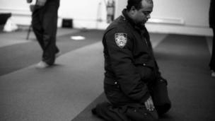 Oficial de tránsito musulmán de NYPD en oraciones, en Park 51, Manhattan, 2012.