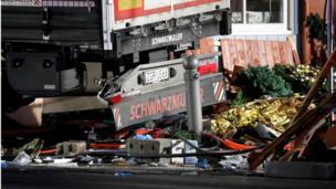 Camión arrolla puestos navideños en Berlín