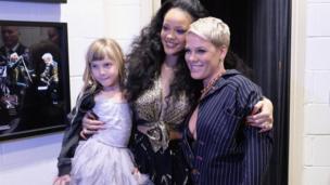 المغنية ريانا تلتقط صورة مع المغنية بينك وابنتها ويلو قبل بدء الحفل