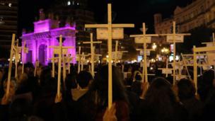 في إسبانيا تظاهر الآلاف في عدة مدن للمطالبة بالقضاء على العنف ضد المرأة.