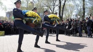 Харків. Почесна варта покладає квіти до монумента ліквідаторам аварії на ЧАЕС.