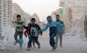 أطفال يلعبون كرة القدم