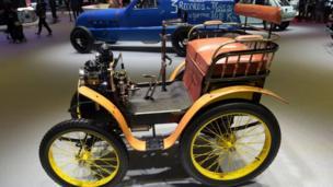 Là nước chủ nhà, Pháp giới thiệu cả một chiếc xe Renault từ năm 1898, đời xe đầu tiên của hãng này.
