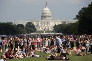 ABD'nin başkenti Washington'da bir milli park National Mall'da güneş tutulmasını izleyen gençler.