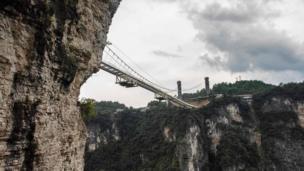 Los puentes de vidrio son populares en China por las oportunidades de fotos osadas que proporcionan. Eventos como exhibiciones de yoga en masa e incluso bodas se han realizado en varios.